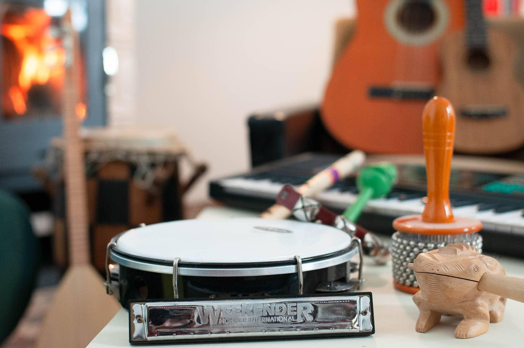 Kunsttherapie und Kreativtraining im musikalischen Ausdruck mit Instrumenten.
