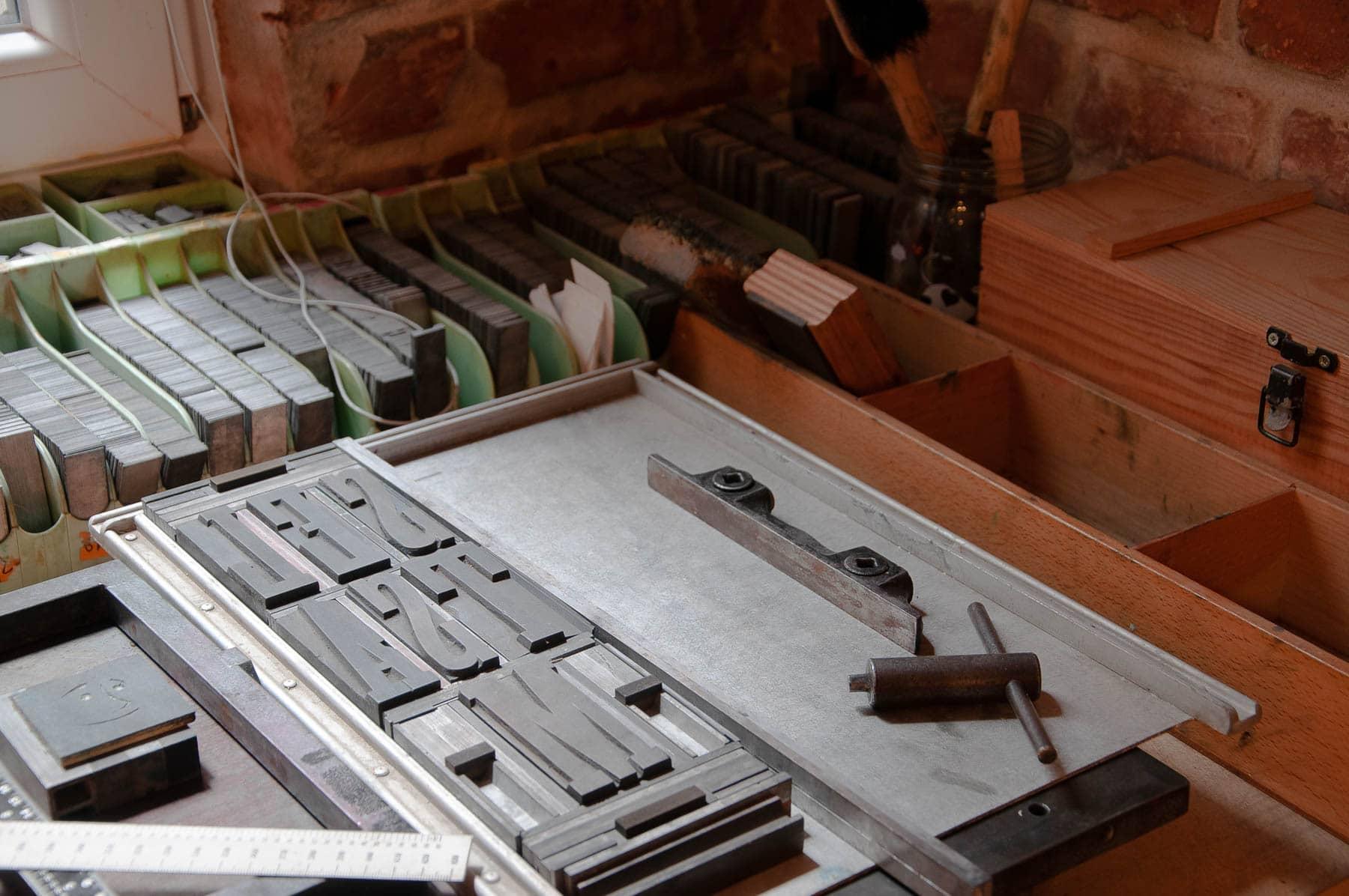 Alte Holz- und Bleilettern stehen zur Verfügung für Multimediales Kreativtraining und Kunsttherapie in Wien 15.
