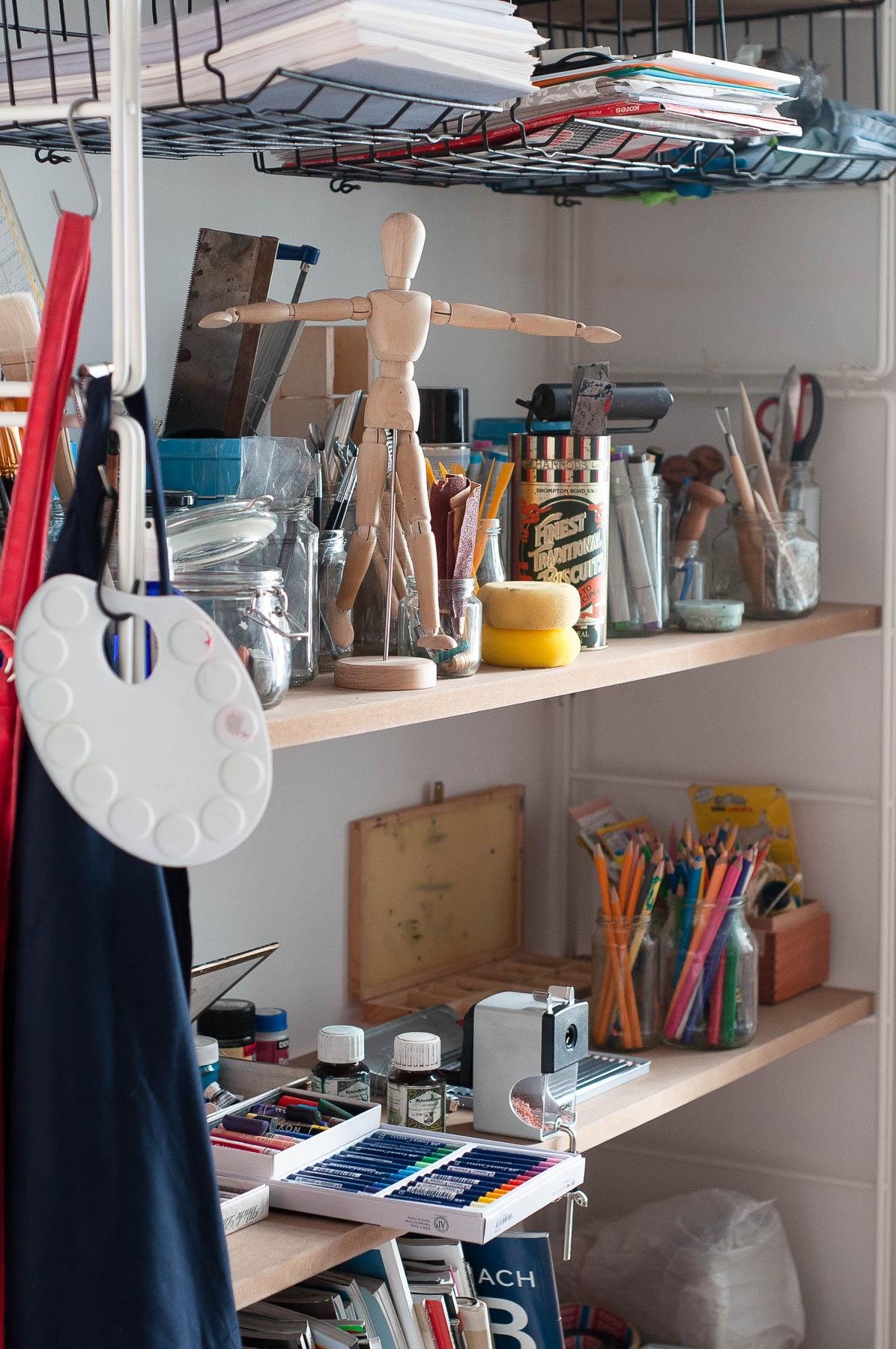 Materialien für das Malen, Zeichen, Formen, Drucken und vieles mehr stehen zur Verfügung im atelier mishugge für Kunsttherapie und Kreativtraining in Wien 15.